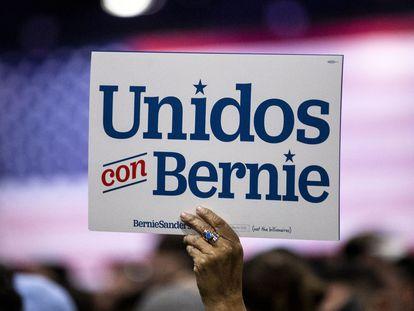 Un partidario de Bernie Sanders sostiene un cartel durante el mitin del pasado sábado en Los Ángeles.