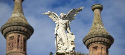 Estatua de un ángel en el cementerio de Comillas (Cantabria).