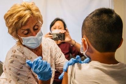 Una enfermera vacuna a un adolescente en Houston (Texas, Estados Unidos) el pasado jueves.