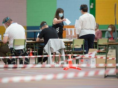 Una mujer vota en las elecciones gallegas en el pabellón Os Castros, en Burela (Lugo).