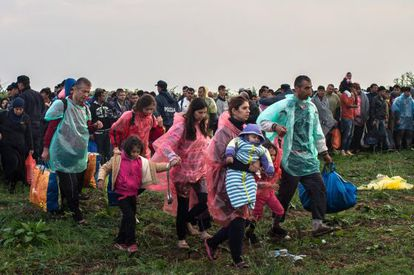 Un grupo de migrantes tras cruzar a Croacia desde Serbia este jueves.