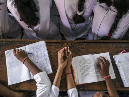 Jóvenes estudiantes de un colegio en Uttar Pradesh (India), el 1 de octubre de 2015.