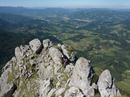 Dos alumnos de la formación de guías del País Vasco en la arista del Txindoki, Gipuzkoa