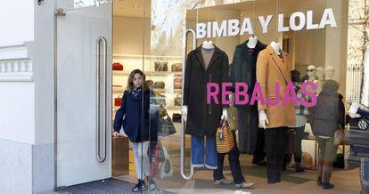 Una mujer salde de una tienda de Bimba y Lola.