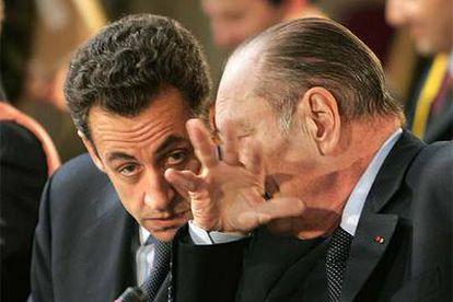 El presidente francés, Jacques Chirac, hace un aparte con el minstro del Interior, Nicolas Sarkozy, durante la cumbre hispano-francesa del pasado jueves.
