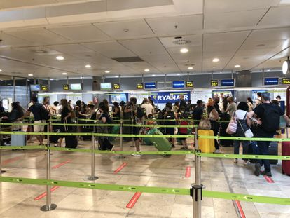 Cola en la facturación de Ryanair, en el aeropuerto de Madrid-Barajas.