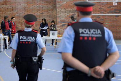 Dos agente de los Mossos en un colegio de Figueras.