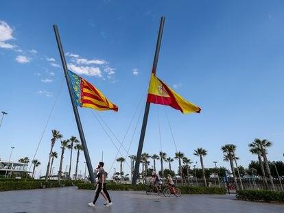 Banderas a media asta en la playa de la Malvarrosa el 3 de junio de 2020.