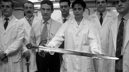 Equipo de científicos de la UCM con la Tizona.