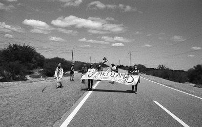 Un grupo de mujeres de asambleas ambientales y comunidades de pueblos originarios caminando en la ruta a setenta kilómetros de Andalgalá, el pasado  23 de abril.