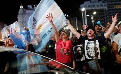 Seguidores de Alberto Fernández celebran el triunfo en Buenos Aires.