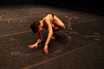 La bailarina suiza Lorena Dozio, en un momento de su coreografía 'Alibi', presentada en la Bienal de Venecia.