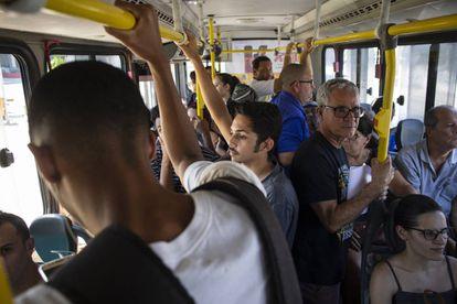 Patrick tarda dos horas en llegar al colegio. Tiene que coger dos autobuses.