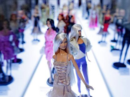 Barbie con un modelo de Versace en la exposición de la Fundación Canal.