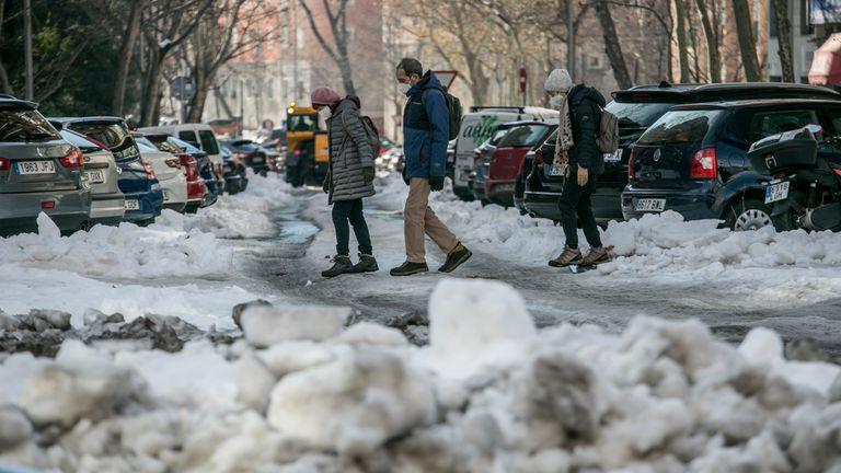 Aspecto de una calle de Madrid cubierta de nieve, este viernes.