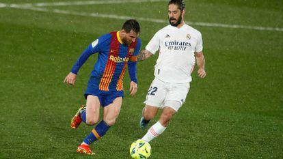 Isco y Messi durante el partido entre Real Madrid y FC Barcelona el pasado 10 de abril.