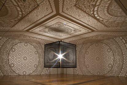 La instalación 'Intersections' (2015), de la artista paquistaní Anila Quayyum Agha.