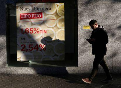 Un cartel anuncia una hipoteca en una sucursal bancaria en Madrid