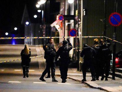 Varios policías cruzan la zona acordonada para la investigación del ataque, el miércoles en la ciudad noruega de Kongsberg.