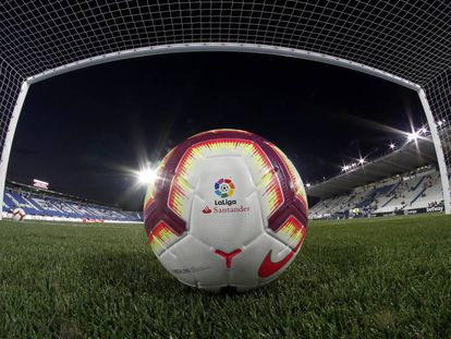 Un balón de LaLiga Santander en Butarque, el campo del Leganés, antes de un partido.