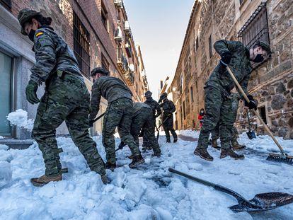 La Unidad Militar de Emergencias (UME) y la Brigada Paracaidista (BRIPAC) del Ejército de Tierra efectuando trabajos de limpieza de la nieve en Toledo, este lunes.
