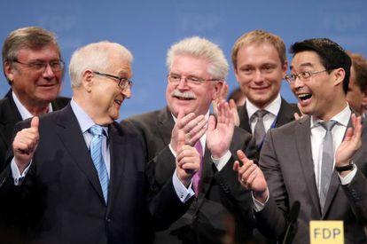 El cabeza de lista del Partido Liberal alemán (FDP), Rainer Brüderle (izquierda), junto al jefe de partido, Philipp Roesler (decha), durante el congreso en Núremberg.