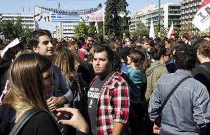 Miles de personas se concentran en la plaza central de Syntagma para participar en una de las manifestaciones convocadas por los sindicatos contra las medidas de austeridad, en Atenas. EFE/Archivo