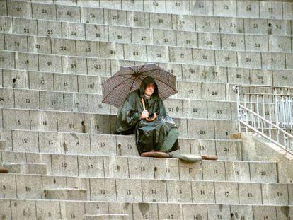 Joaquín Vidal, con capa y paraguas en un día de lluvia durante la feria de Otoño en la madrileña Plaza de Las Ventas. Octubre de 1999