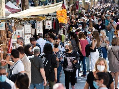 Numerosas personas visitan los puestos de El Rastro el pasado 26 de septiembre en Madrid.