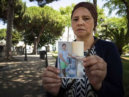Khadija muestra una foto de su hijo Ilias, muerto en el centro de menores de Tierras Oria (Almería).