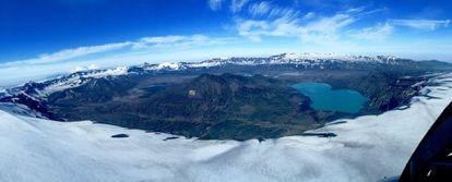 Vista aérea de la caldera de 10 kilómetros provocada por la erupción del volcán Okmok en el 43 a.C.