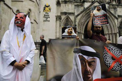 Manifestantes con carteles contrarios al emir de Dubái, este martes ante la Suprema Corte en Londres.