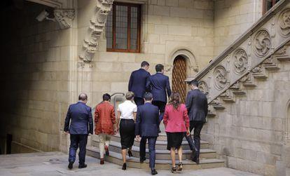 Sánchez y Aragonés, en cabeza, seguidos de Iceta, Rodríguez, Díaz, Bolaños, Vilagrà y Torrent, a su llegada a la reunión.