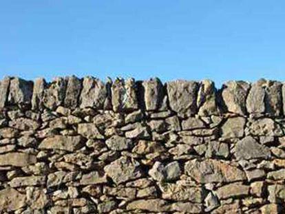 Muro de piedra en seco en Vilafranca (Castellón).
