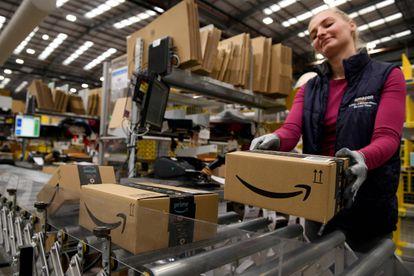 Una trabajadora en uno de los almacenes británicos de Amazon
