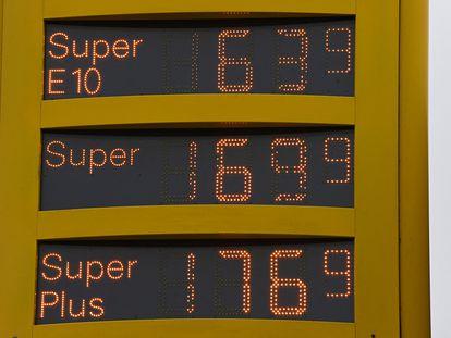 Precios de combustible en una gasolinera de Dortmund, Alemania.