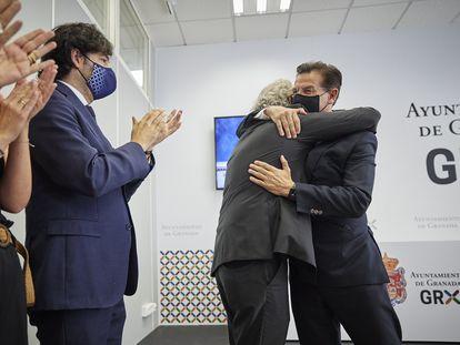 Luis Salvador (a la derecha) se abraza al edil de Cs José Antonio Huertas, el jueves tras dimitir.