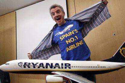 Michael O'Leary bromea durante una rueda de prensa ofrecidaen Barcelona en septiembre de 2010.