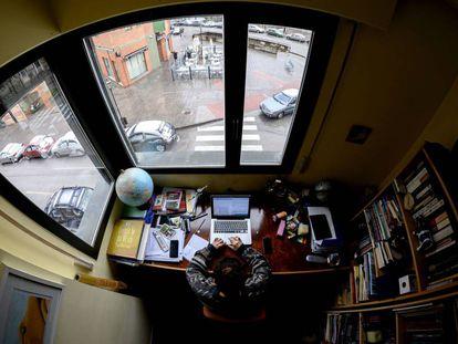 Una mujer trabaja en su casa de Burgos. La crisis del coronavirus ha aumentado el teletrabajo de forma exponencial. / SAMUEL DE ROMÁN (GETTY IMAGES)