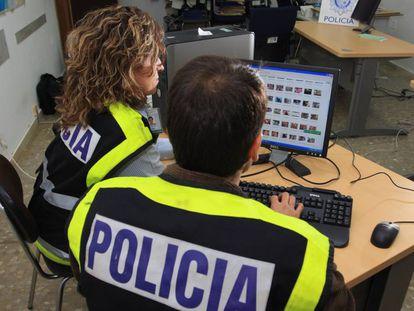 Dos policías analizan un ordenador con material pedófilo.