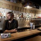 Ryan Day este jueves en la barra del restaurante que planea cerrar, The Village Tap Room, en el barrio de Argüelles de Madrid.