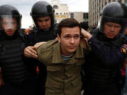 La policía rusa detiene a uno de los manifestantes en Moscú.