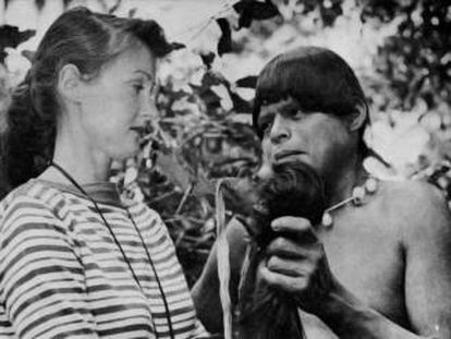 Un jíbaro muestra una cabeza reducida a Jane Dolinger durante un viaje de la escritora.