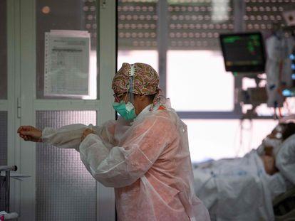 Una sanitaria en la UCI del hospital Príncipe de Asturias en Alcalá de Henares (Madrid), el pasado abril.