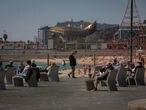 Varias personas en la playa del Bogotell el día de la presentación del protocolo para el control del aforo de playas, a 6 de mayo de 2021, en Barcelona, Catalunya, (España). El protocolo, que se activa esta semana debido a la cercanía del periodo estival, incluye la aplicación de unas normas de uso atípicas en las playas, centrando la gestión del litoral en el cumplimiento de las medidas de seguridad; la más importante, asegurar que se respeta la distancia de 1,5 metros. Los protocolos de actuación y el resto de medidas se irán adaptando en función de las indicaciones de las autoridades sanitarias. 06 MAYO 2021;ESTADO DE ALARMA;FIN ESTADO DE ALARMA;VACACIONES;PLAYA;RESTRICCIONES David Zorrakino / Europa Press 06/05/2021