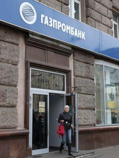 Un cliente sale de una sede de Gazprombank.