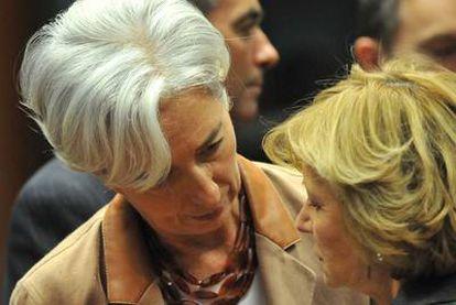 La vicepresidenta Elena Salgado habla con la ministra francesa de Finanzas, Christine Lagarde, el pasado domingo en Bruselas.