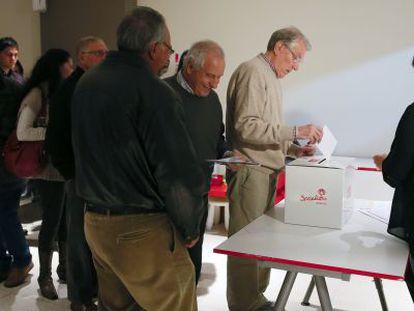 Militantes socialistas depositan su voto en la agrupación de Alcobendas.