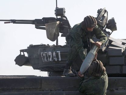 Militantes de las fuerzas de la autodenominada República Popular de Lugansk en unos ejercicios militares conjuntos con militares separatistas de Donetsk el 15 de septiembre en Donetsk.