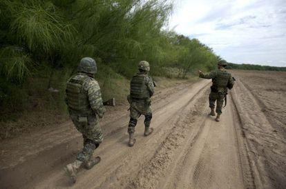 Soldados mexicanos patrullan una zona al noreste de México.